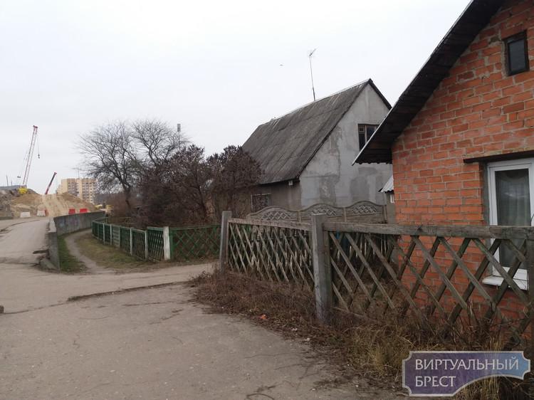 Жители частных домов у Кобринского моста просят переселить их подальше от стройки