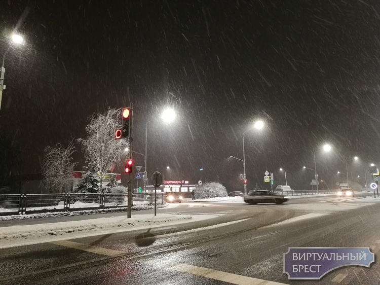 Снегопад накрыл город. К утру - настоящая зима в Бресте!