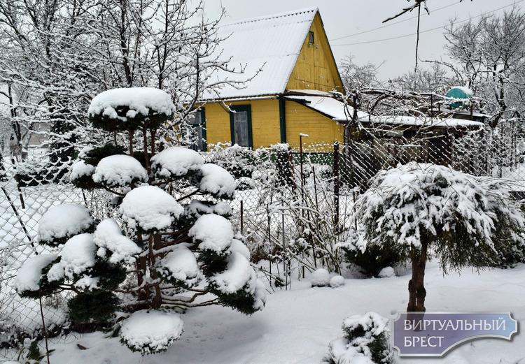 Много снега в микрорайоне Дубровка - к урожаю на даче