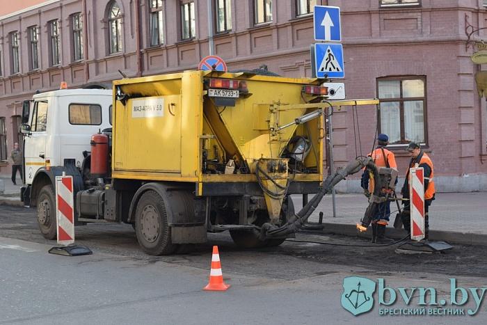 Дороги, дворы и… бобры: за год Брестское ДЭП заменило 128 тысяч кв.м. асфальта