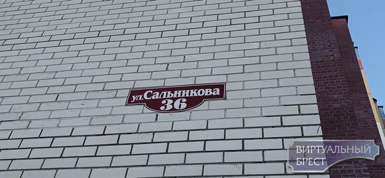 В Бресте разваливается пятиэтажка на ул. Сальникова. Из квартир выселяют жильцов