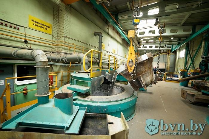 Журналистам показали, как работает завод АКБ в Белоозерске