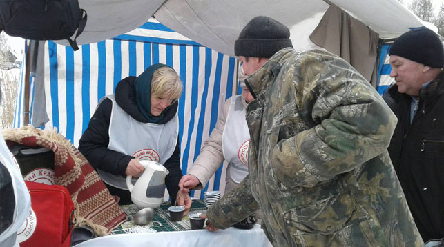 Брестские волонтеры Красного Креста помогают в сильные морозы автомобилистам и бездомным