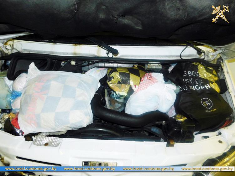 В микроавтобусе на границе обнаружен тайник с одеждой