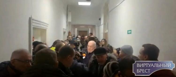 """В Бресте судят блогеров, на заседание пришли более 40 человек. Оба """"получили"""" по 50 базовых"""