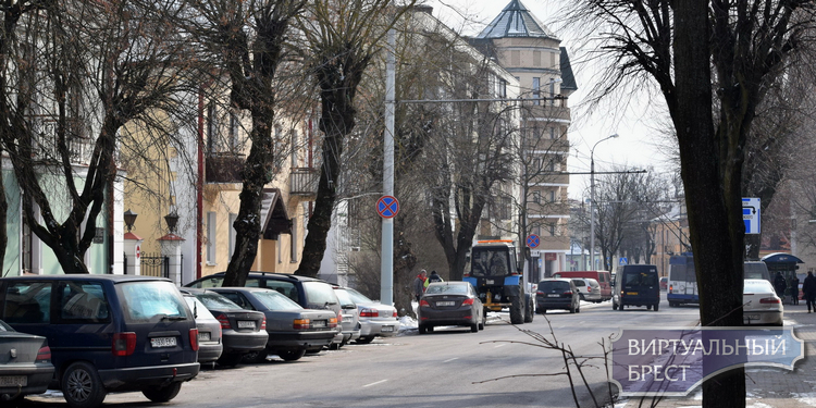 """Эвакуатор """"почистил"""" улицу Комсомольскую в Бресте от нарушителей парковки"""