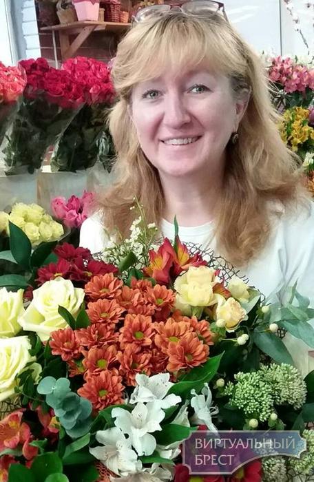 Цветочница Марина в Бресте собирает автографы известных людей. И благодарит покупателей