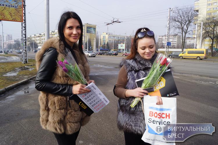 Сотрудники ГАИ г. Бреста поздравляли девушек с праздником цветами и подарками