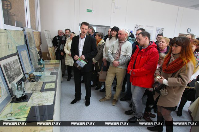 Петр Ольшевский проводит экскурсию по выставке