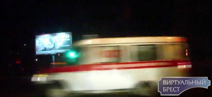 """Девушка за рулём такси избежала ДТП со """"скорой"""", которая пронеслась на красный сигнал"""