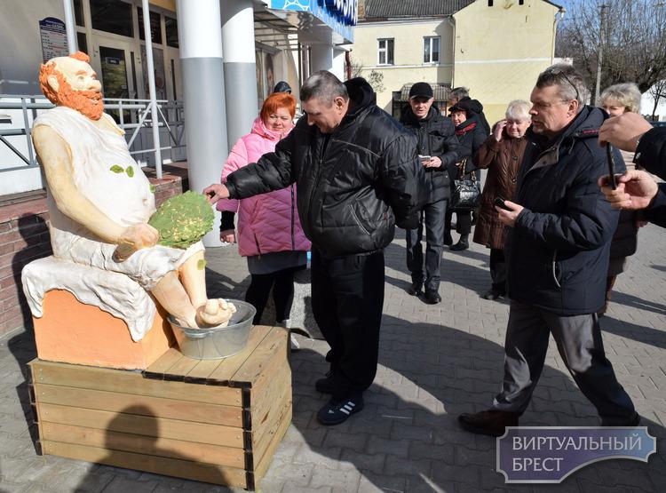 Мужик с веником... У брестской «Лазни» появилась скульптура