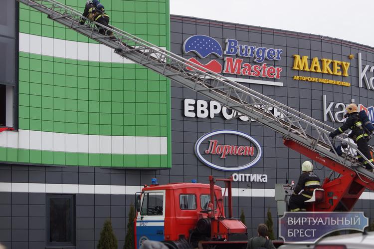 Сотрудники МЧС проверили, как люди в гипермаркете реагируют на сигнал пожарной тревоги
