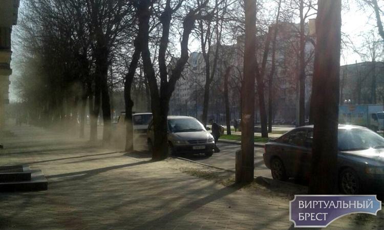 В Бресте убирают улицы методом раздувания. Пыль столбом, автомобили и окна в грязи, дышать нечем