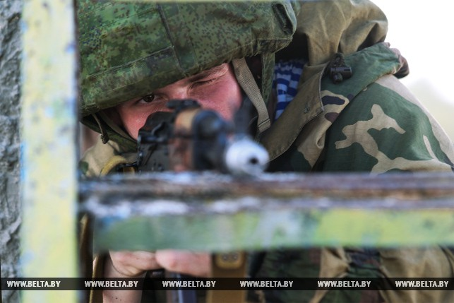 На полигоне Брестский началась активная фаза совместного учения десантников Беларуси и России