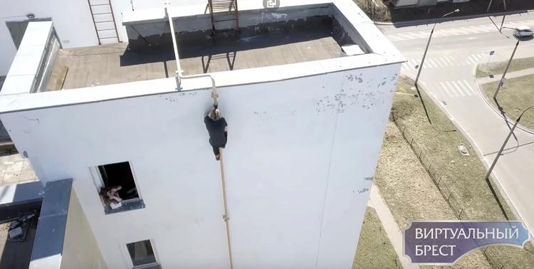 """""""Человек-паук"""" из Бреста сорвался с 18-го этажа и выжил. И забрался на 11-й по газовой трубе"""