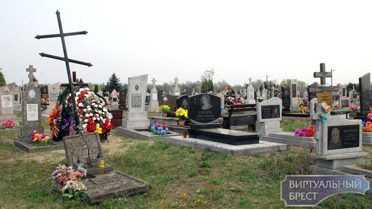На городских кладбищах Бреста поминают усопших. Радуница