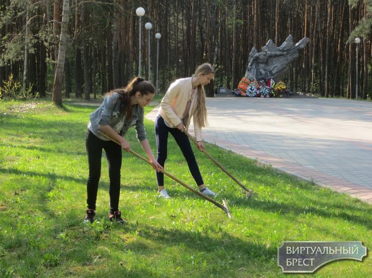 Администрации Московского района г. Бреста благоустраивает парк воинов-интернационалистов