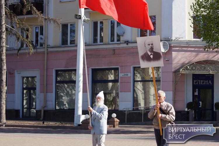 8 человек пришли на площадь им. Ленина возложить цветы в честь дня рождения Ильича