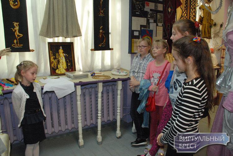 Юные экскурсоводы знакомили брестчан с премудростями швейных принадлежностей
