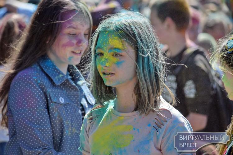 Фестиваль красок провели в брестском парке 22 апреля 2018 года
