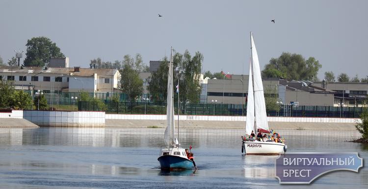 Из Пинска в сторону Бреста вышли пять яхт и катамаран