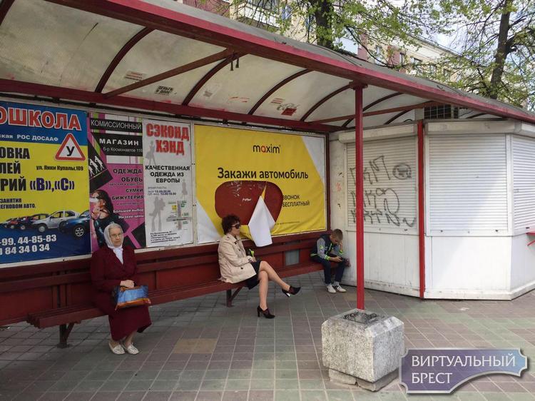 Вандалы портят рекламу на остановках транспорта. «Максим» считает, что это конкуренты