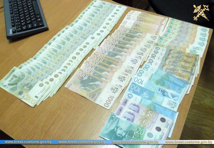 Незадекларированные евро, доллары США и сербские динары изымают на границе
