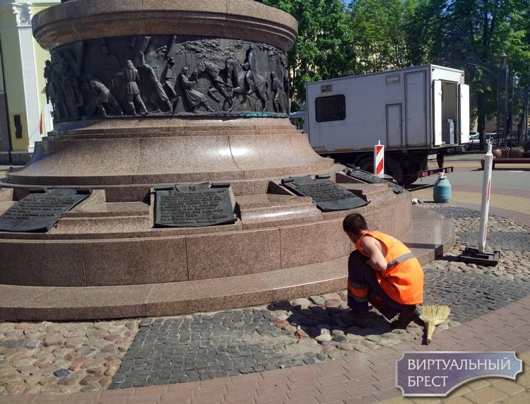 Кто выковыривает булыжники? Возле памятника 1000-летию Бреста идут ремонтные работы