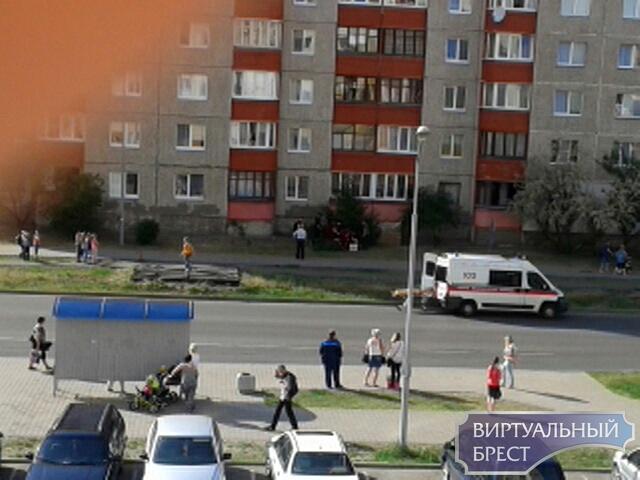 На ул. Рябиновой мужчина выпал с 7 этажа, спасти не удалось
