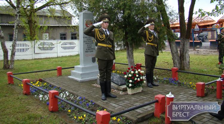 Возле памятника младшему лейтенанту Михаилу Ишкову состоялся митинг