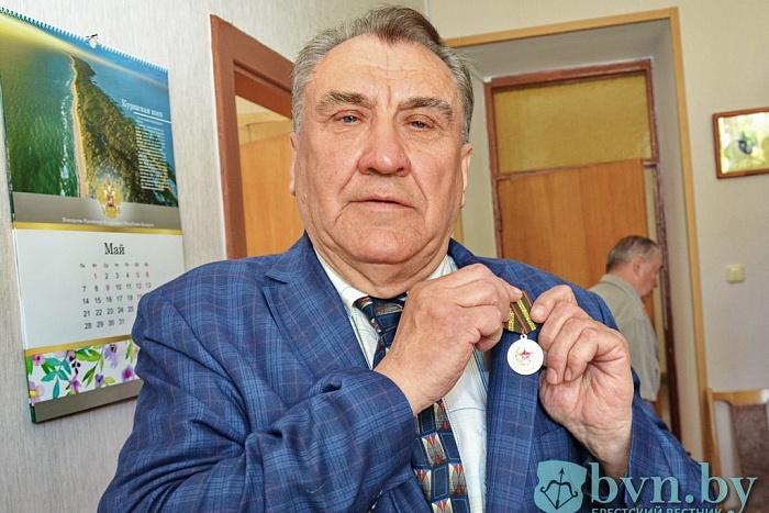 В Бресте вручили медали в честь столетия армии