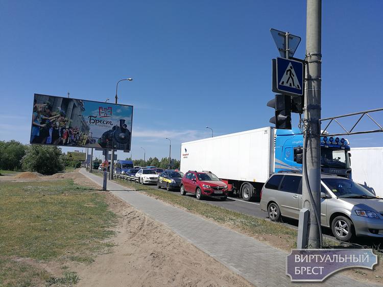 Тротуар на второй части путепровода по Варшавке сделали только частично, и перешли на другую сторону