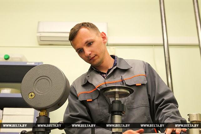 Игорь Добролинский поверяет манометр.