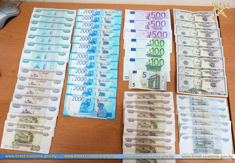 """Крупную сумму денег """"забыл"""" задекларировать россиянин на границе, и лишился их части"""