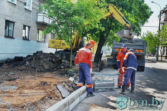 Брестское ДЭП ремонтирует улицу 17 Сентября