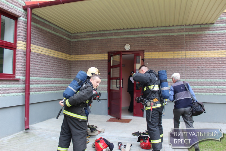 В Бресте спасатели устроили эвакуацию детям в СШ № 1