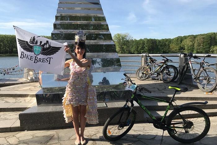 Брестчанке за необычное платье подарили велосипед