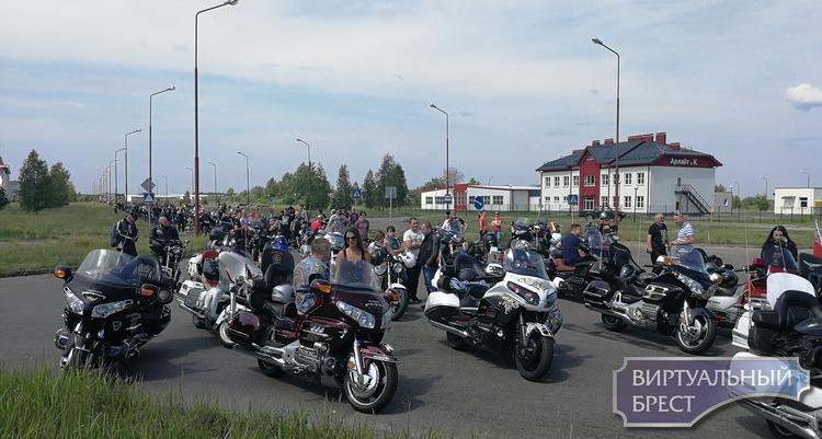 Стартовал байк-фестиваль. Более 10 тысяч мотоциклистов проехали по Бресту