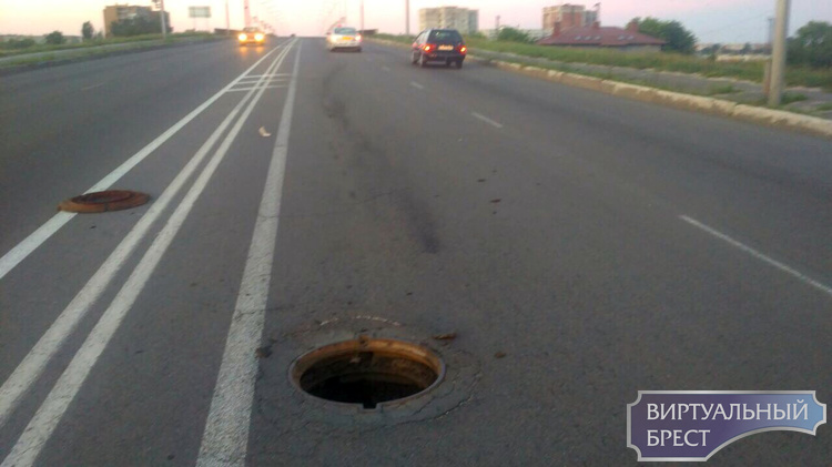 """Под автомобилем такси на Берёзовском мосту лопнул люк: подвеска """"в хлам"""""""