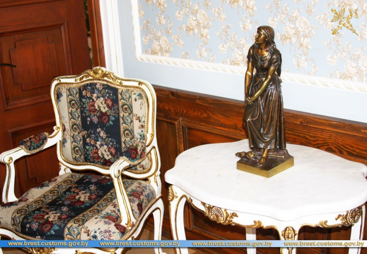 В музей «Усадьба Немцевичей»  переданы декоративные статуэтки ХIX-ХХ вв.