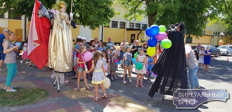Брестский театр драмы  устроил праздник для маленьких зрителей