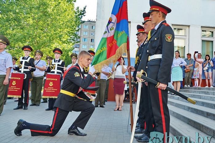 Выпускники-кадеты СШ №35 Бреста попрощались со знаменем