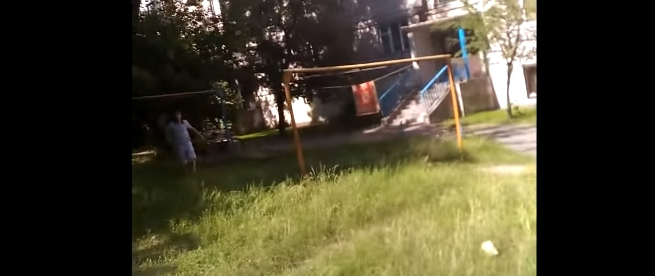 Опубликовано видео, как двое с топорами бегали по Бресту