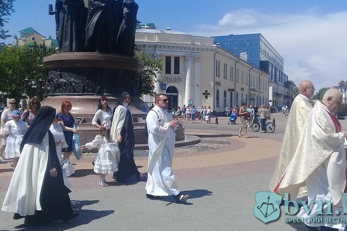 Брестские католики по лепесткам цветов пронесли «Божье Тело»