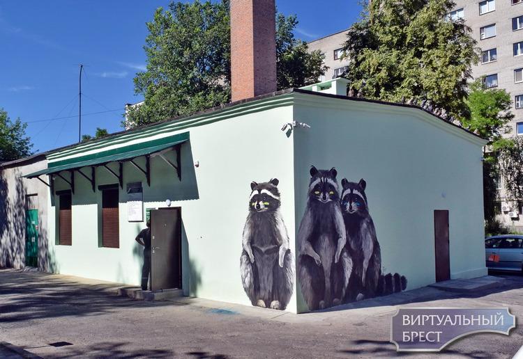 Новый пункт приёмки вторсырья в центре Бреста украсили еноты