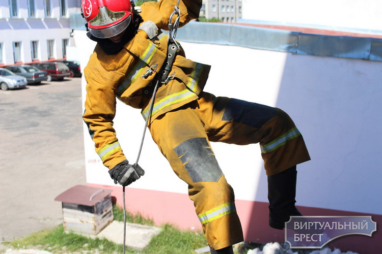 В Бресте решали, кто же «самый сильный спасатель-пожарный»