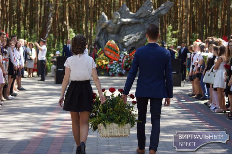 В Московском районе г. Бреста вручают медали выпускникам