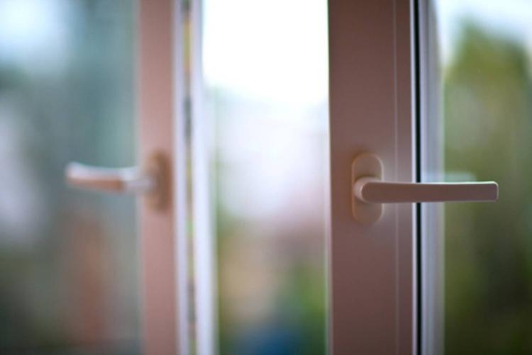 В Ганцевичах 4-летний ребенок выпал из окна — не выдержала москитная сетка