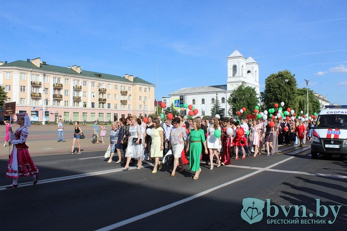 Алые паруса над Брестом: как провели выпускной в Ленинском районе