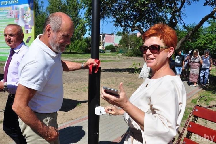 В яблоневом саду по дороге в Беловежскую пущу можно бесплатно зарядить мобильный телефон